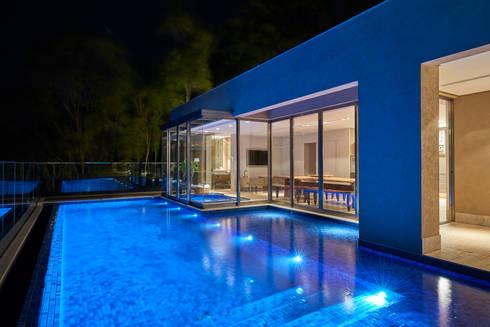 Casa Riviera : Piscinas modernas por Márcia Carvalhaes Arquitetura LTDA.
