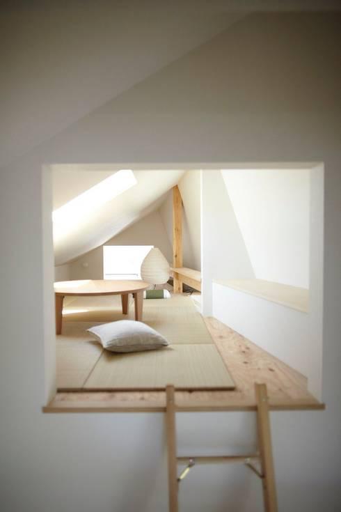 セタガヤの家: シキナミカズヤ建築研究所が手掛けた寝室です。