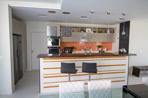 RESIDÊNCIA ALTO PADRÃO: Cozinhas modernas por RB ARCHDESIGN