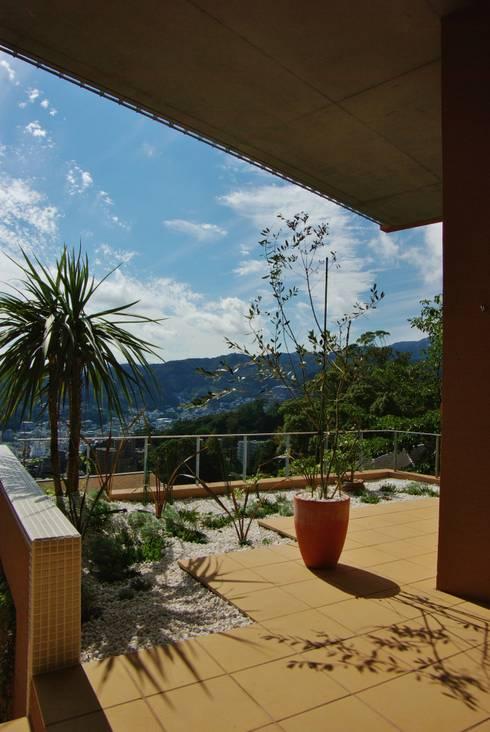 熱海・伊豆山の家: 川口孝男建築設計事務所が手掛けた庭です。
