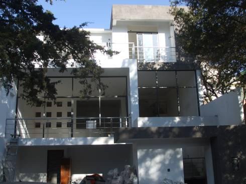 CASA: Casas de estilo moderno por Arkcon Arquitectos