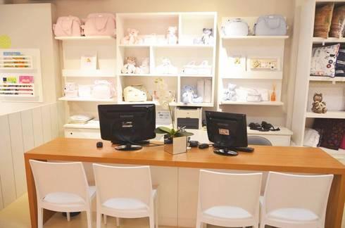 Mesa de atendimento do showroom Casa Shopping: Quarto de crianças  por INTERCASA MÓVEIS INFANTIS E JUVENIS