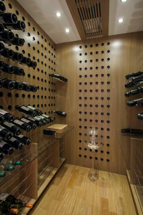 Bodegas de vino de estilo  por Silvia Romanholi Design de Interiores
