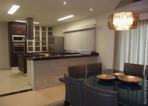 Sala de Jantar e Cozinha: Salas de jantar modernas por Barros Campesi Arquitetura