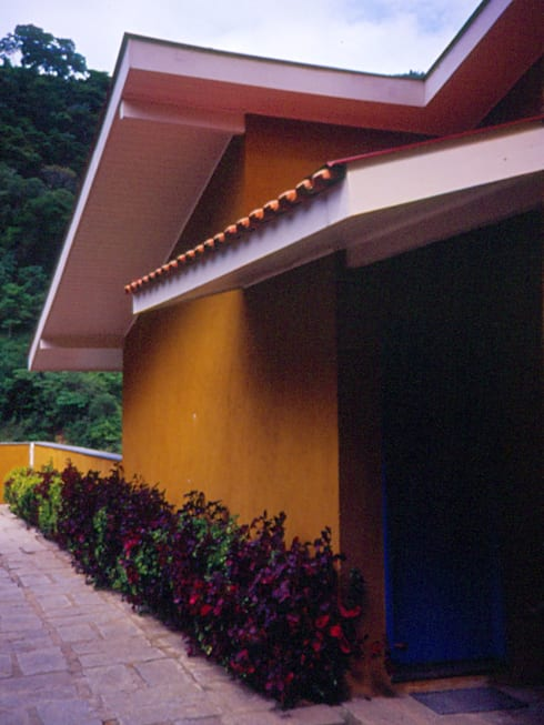 Casa em Itaipava: Casas modernas por Andrea Fiorini Arquitetura