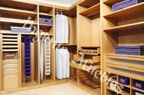 VESTIDORES: Vestidores y closets de estilo moderno por Ingenio muebles