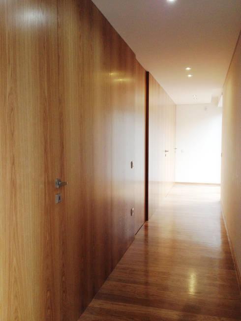 Oak House: Corredores e halls de entrada  por KUUK