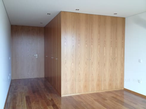 Oak House: Closets modernos por KUUK