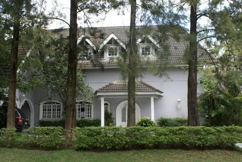 Fachada: Casas clássicas por Daniela Zuffo Arquitetura e Interiores
