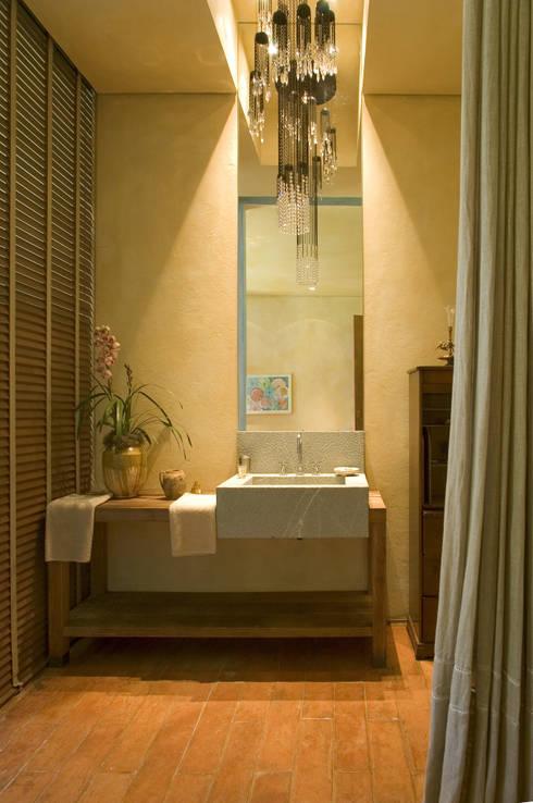 Banheiro Filha: Banheiros campestres por Mario Caetano e Eliane Pinheiro