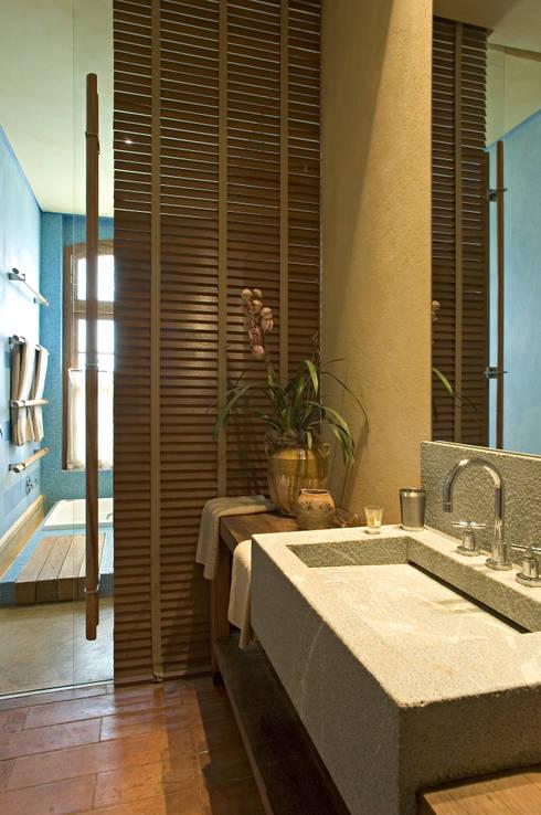 Banheiro Hóspede: Banheiros campestres por Mario Caetano e Eliane Pinheiro