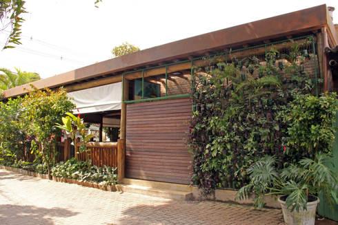 NICA'S RESTAURANTE CAMBURI SP: Casas rústicas por RAC ARQUITETURA