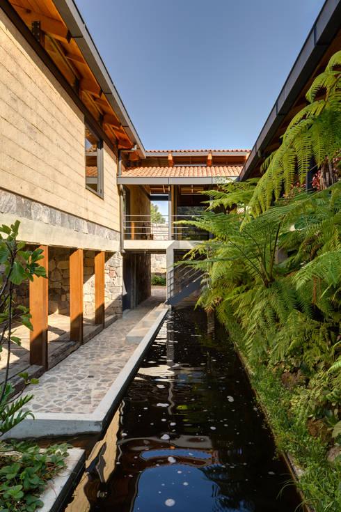 Estanque de Sedimentación: Pasillos y recibidores de estilo  por TAAR / TALLER DE ARQUITECTURA DE ALTO RENDIMIENTO