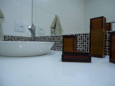 Nanoglass e pastilha de vidro: Banheiros modernos por Danielle David Arquitetura