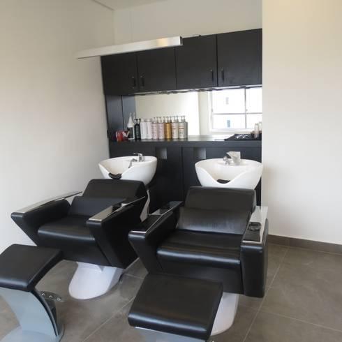 Sala de lavagem de cabelo: Espaços comerciais  por Danielle David Arquitetura