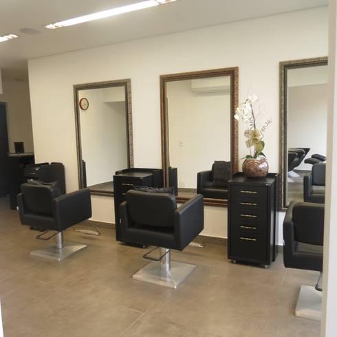 Sala de cortes de cabelos: Espaços comerciais  por Danielle David Arquitetura