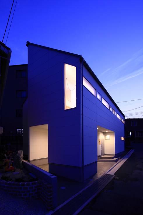 街並の中で: 田原泰浩建築設計事務所が手掛けた家です。