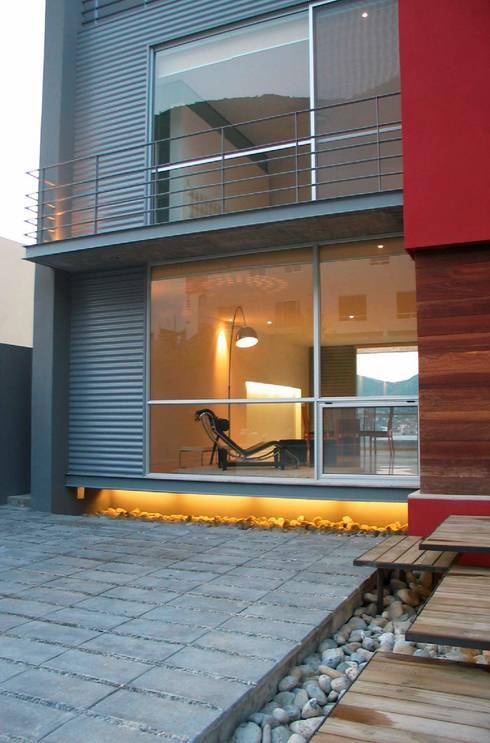 CASA MD PRIVANZAS: Casas de estilo moderno por planeta diseño + construcción SA de CV