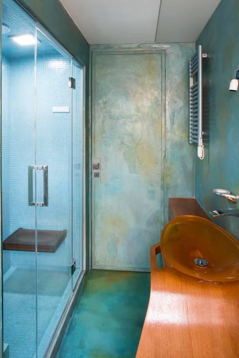 Bagno resina azzurra: Bagno in stile in stile Moderno di officinaleonardo