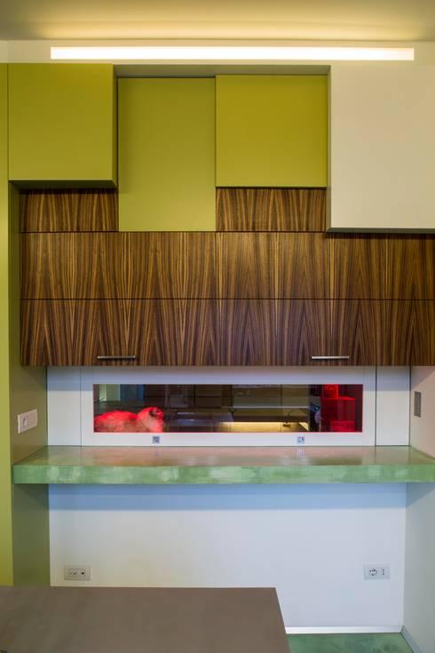Cucina/ taglio della parete verso il salone: Cucina in stile in stile Moderno di officinaleonardo