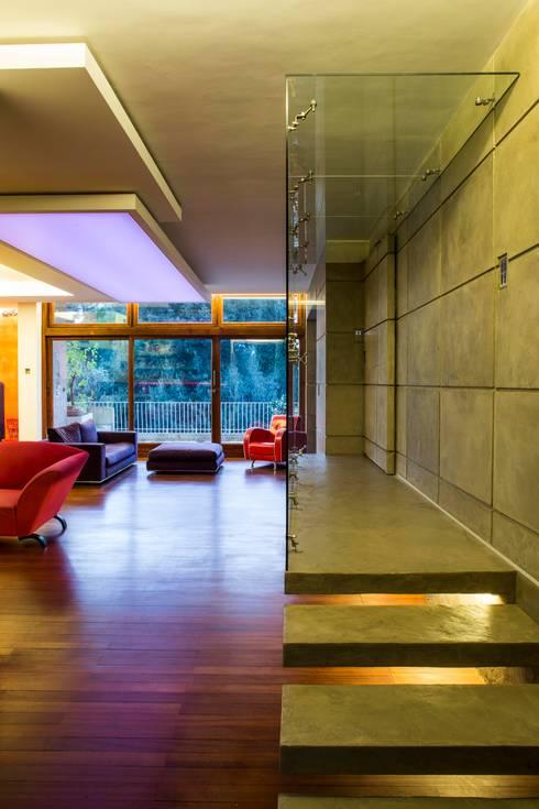 Corridoio: Ingresso & Corridoio in stile  di officinaleonardo
