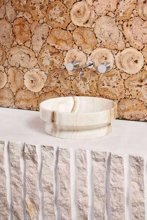 Mohs: Bagno in stile in stile Moderno di PURAPIETRA