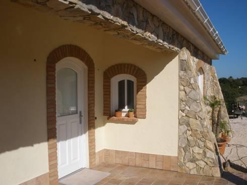 Renovação de Moradia: Casas rústicas por RenoBuild Algarve