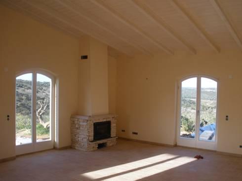 Renovação de Moradia: Salas de estar rústicas por RenoBuild Algarve
