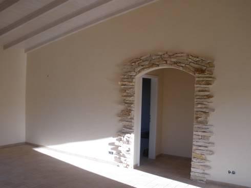 Reboco Decrativo: Salas de estar rústicas por RenoBuild Algarve