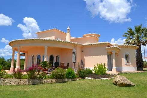 Pintura Exterior: Casas mediterrânicas por RenoBuild Algarve
