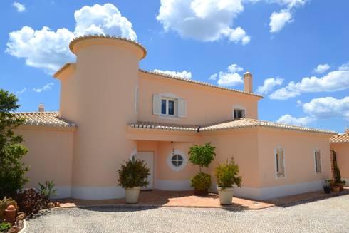 Renovação de Fachadas: Casas mediterrânicas por RenoBuild Algarve