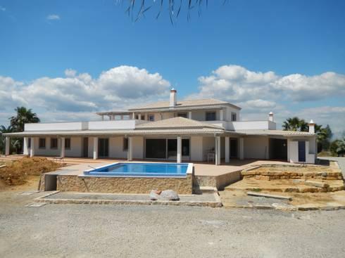 Isolamento Térmico pelo exterior: Casas mediterrânicas por RenoBuild Algarve
