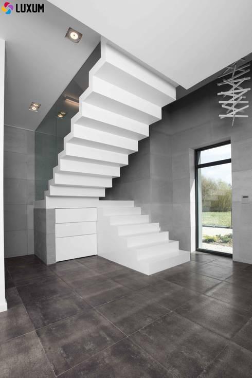 Beton architektoniczny we wnętrzu: styl , w kategorii Korytarz, przedpokój zaprojektowany przez Luxum