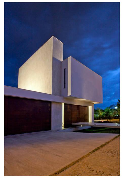 Casa Bulcão: Casas modernas por ANDRÉ BRANDÃO + MÁRCIA VARIZO arquitetura e interiores