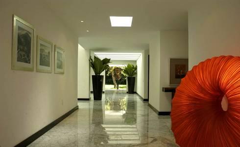 Corporativo: Pasillos y recibidores de estilo  por Olivia Aldrete Haas