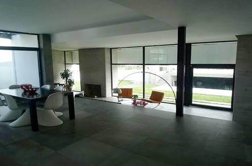 CASA TG : Salas de estilo moderno por planeta diseño + construcción SA de CV