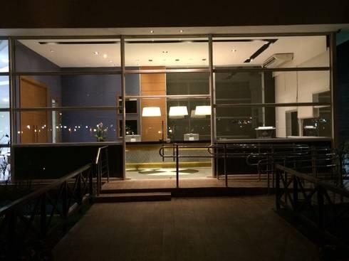 Projeto corporativo sóbrio e elegante por Lucio Nocito Arquitetura : Janelas   por Lucio Nocito Arquitetura e Design de Interiores
