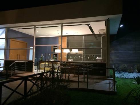 Projeto corporativo sóbrio e elegante por Lucio Nocito Arquitetura : Casas modernas por Lucio Nocito Arquitetura e Design de Interiores