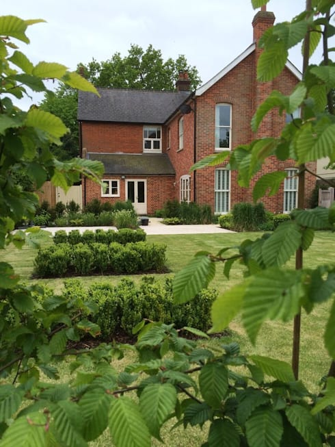 Stortford Road: classic Garden by Aralia