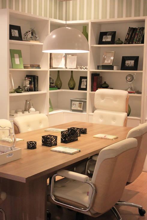 Sala de Reunião: Gabinete  por Cromalux Sistemas de Iluminação Ltda