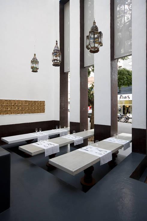 Chakras Restaurant Façade: Sala de jantar  por LOLA