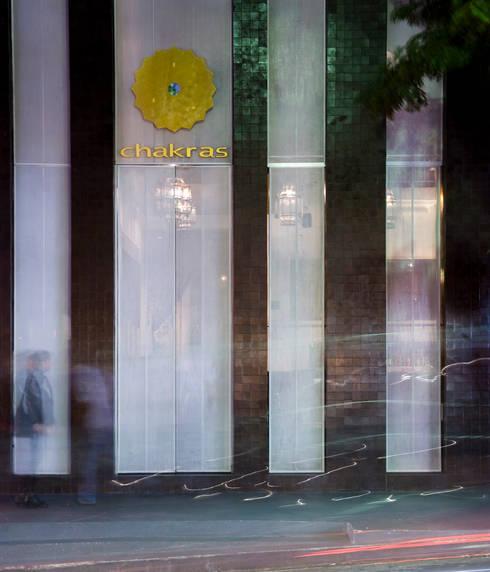 Chakras Restaurant Façade: Parede e piso  por LOLA
