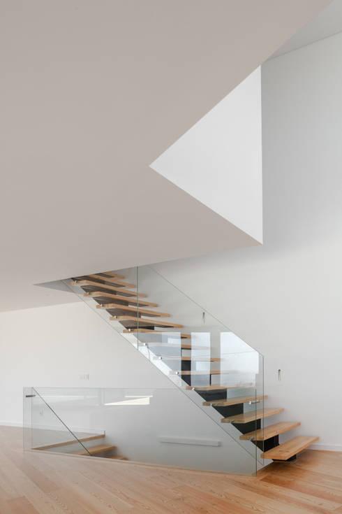 JC House: Corredores e halls de entrada  por JPS Atelier - Arquitectura, Design e Engenharia