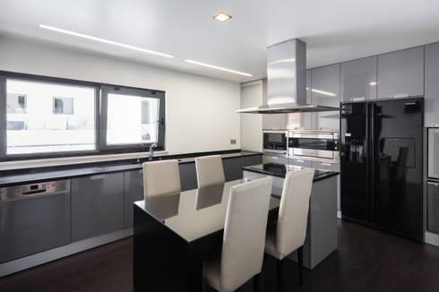 ML House: Cozinhas modernas por JPS Atelier - Arquitectura, Design e Engenharia