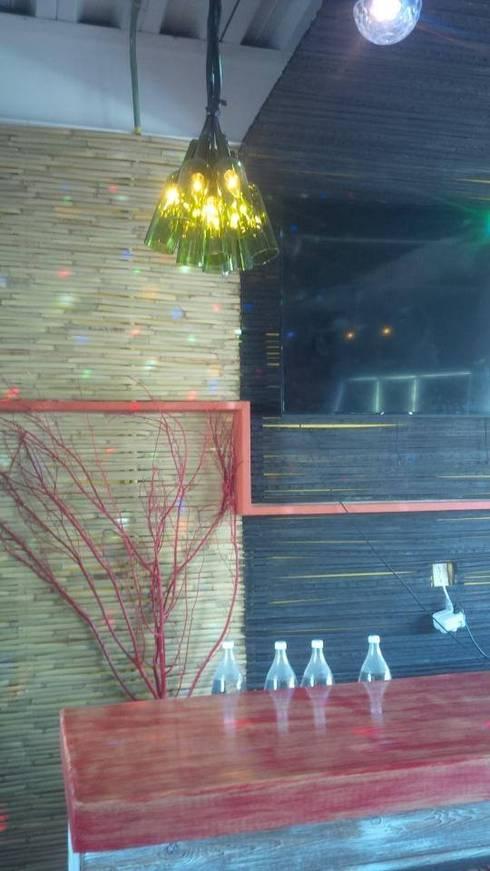 naturaleza muerta en lambrin de bar: Bares y discotecas de estilo  por bello diseño interior