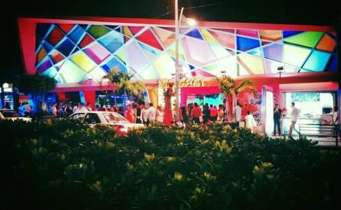 fachada con colorimetria: Bares y discotecas de estilo  por bello diseño interior