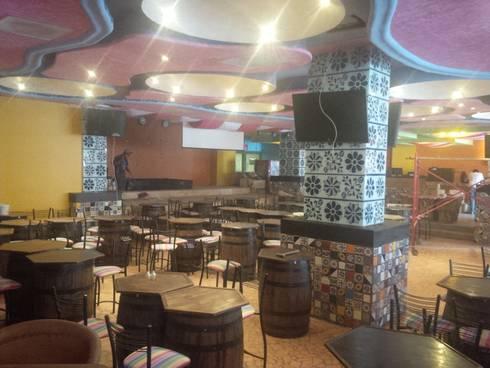 bar de musica mexicana: Bares y discotecas de estilo  por bello diseño interior