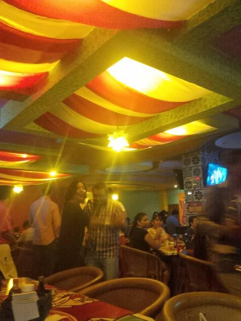 bar mexicano: Bares y discotecas de estilo  por bello diseño interior