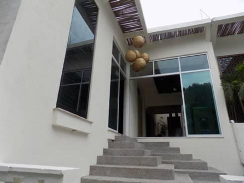 fachada renovada: Casas de estilo ecléctico por bello diseño interior