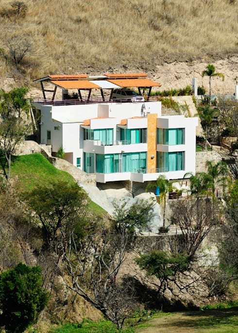 LA FACHADA: Casas de estilo moderno por Excelencia en Diseño